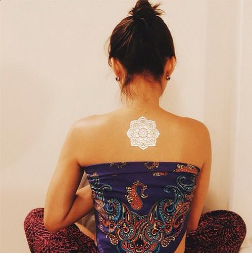 Temporäre Tattoo für Mädchen auf dem Rücken