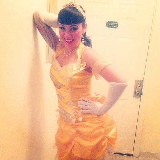 BELLE Kostüm auf dem Halloween-Foto
