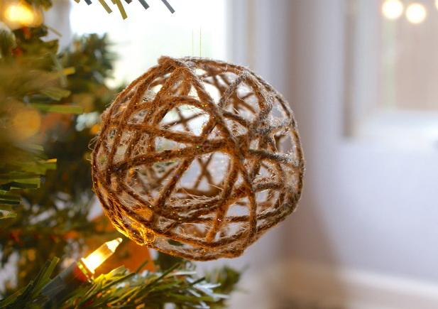 Weihnachten Spielzeug mit Ihren Händen - Ball