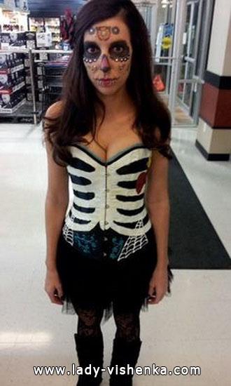 Einfache Skelett-Kostüm an Halloween