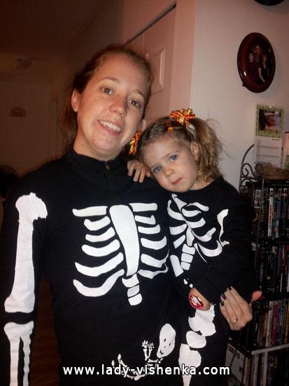 Familie von Skeletten an Halloween