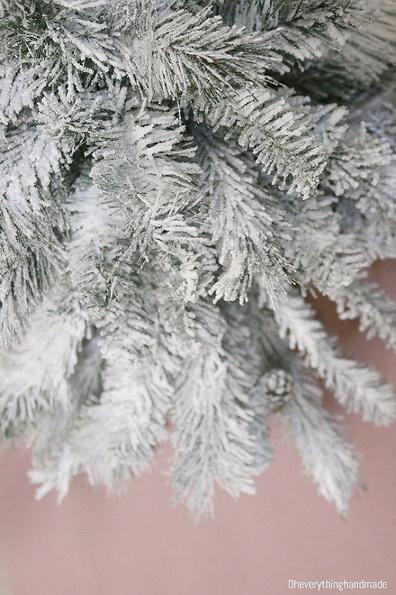 Weiße künstliche Weihnachtsbaum