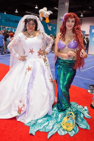 die kleine Meerjungfrau an Halloween mit einer Freundin