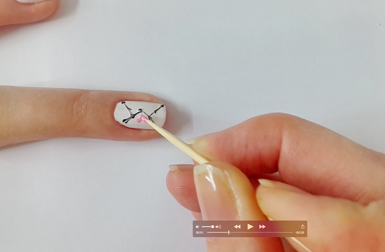 Рисуем сердечко на ногте зубочисткой