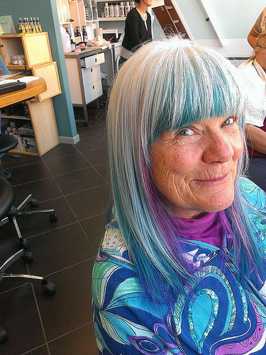 Original-Haarfarbe - graue Haare und blau