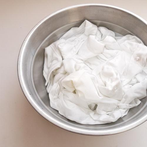 weiße Flecken auf der Kleidung
