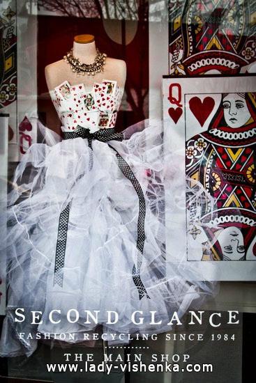 Kostüm Königin der Herzen mit Ihren Händen an Halloween