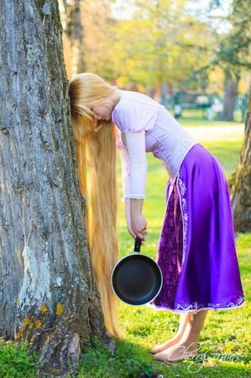 Rapunzel Halloween mit einer Bratpfanne