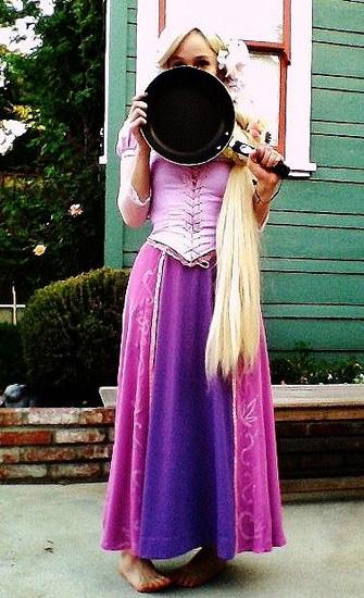 Kostüm Rapunzel Halloween mit einer Bratpfanne