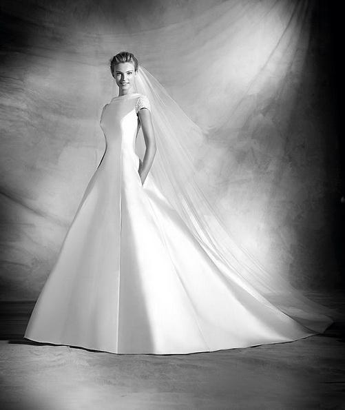 Klassische brautkleid aus dem Satin mit der schleppe - Pronovias 2016