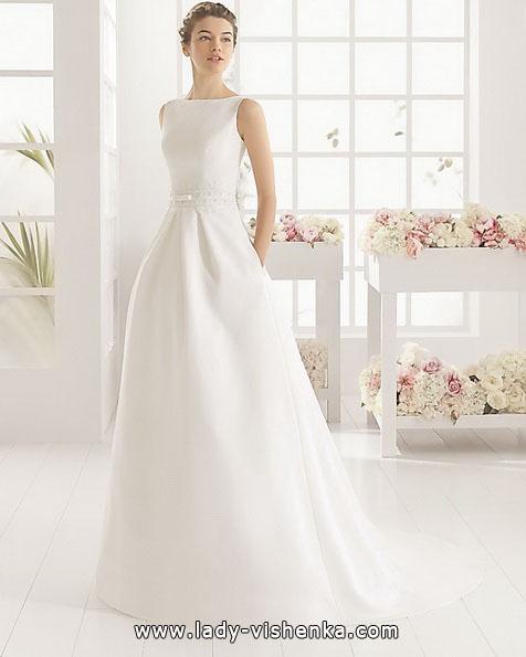 ein Einfaches weißes Hochzeitskleid Aire Barcelona