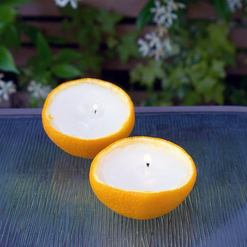 Kerzen von Moskitos mit ihren Händen